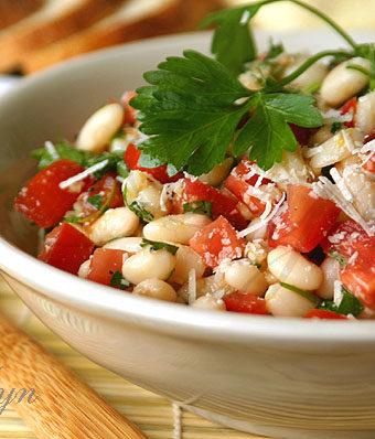 Салат из белой фасоли и помидор