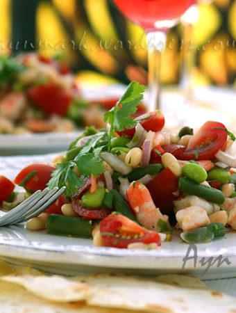 Фасолевый салат с сальсой и креветками