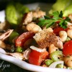 Фасолевый салат с тунцом и сухариками