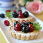 Пирожные с творожно-лимонным кремом и ягодами