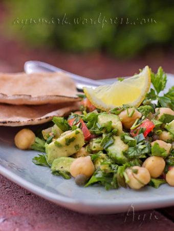 Салат из петрушки, авокадо и гороха Нут