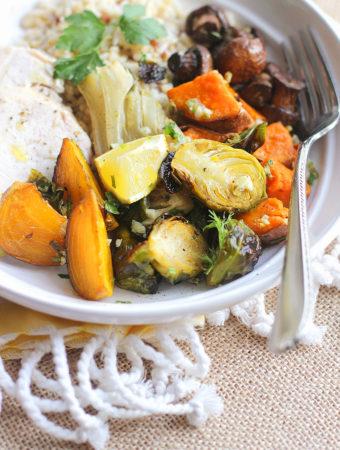 Запечённые батат, брюссельская капуста и другие овощи